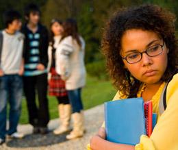 Adolescente aparte del grupo de iguales